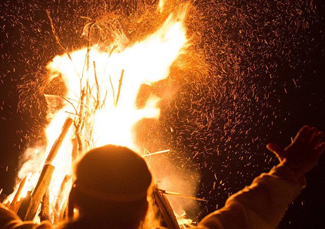 Participante das festividades de Ivan Kupala na região russa de Kaluga (foto de arquivo)
