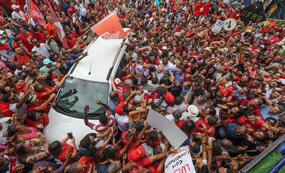 Carro que transporta Lula é cercado em Cruz das Almas, Bahia