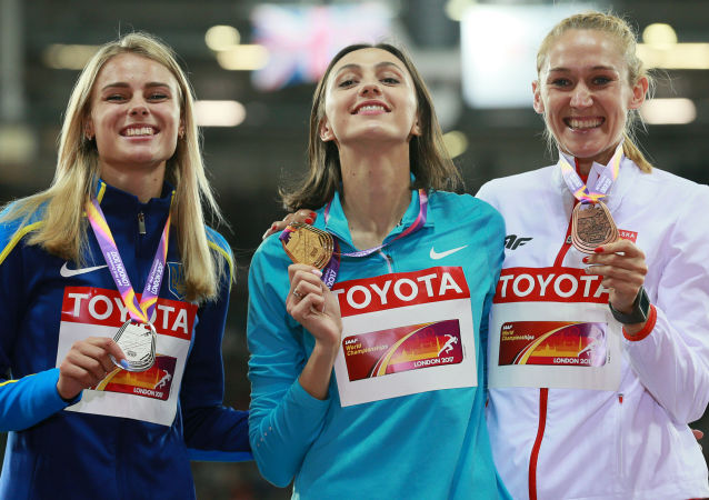 Maria Lasitskene (centro), medalhista de ouro do salto em altura no Mundial de Atletismo de Londres, em 2017, ao lado da ucranina Yulia Levchenko e da polonesa Kamila Lićwinko