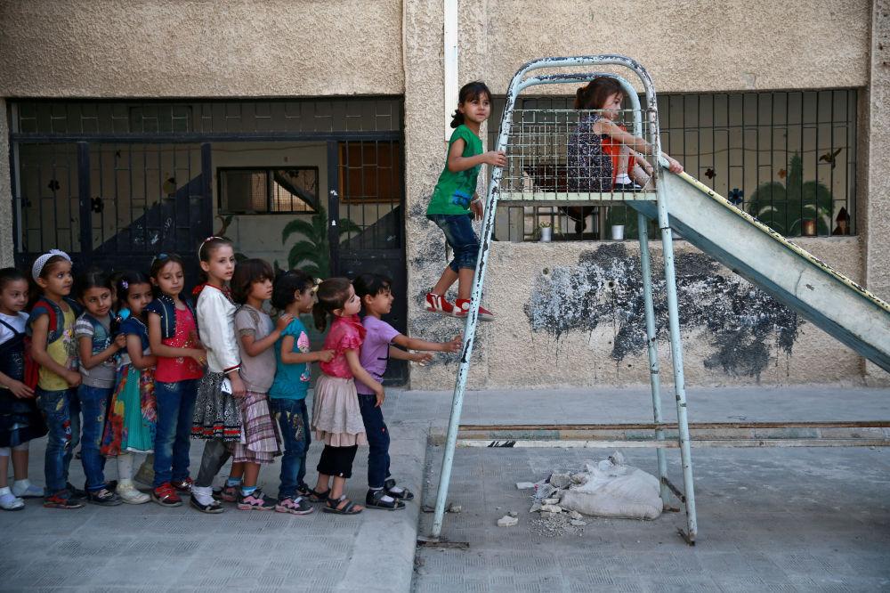 Alunos brincam em uma das escolas de Damasco, Síria