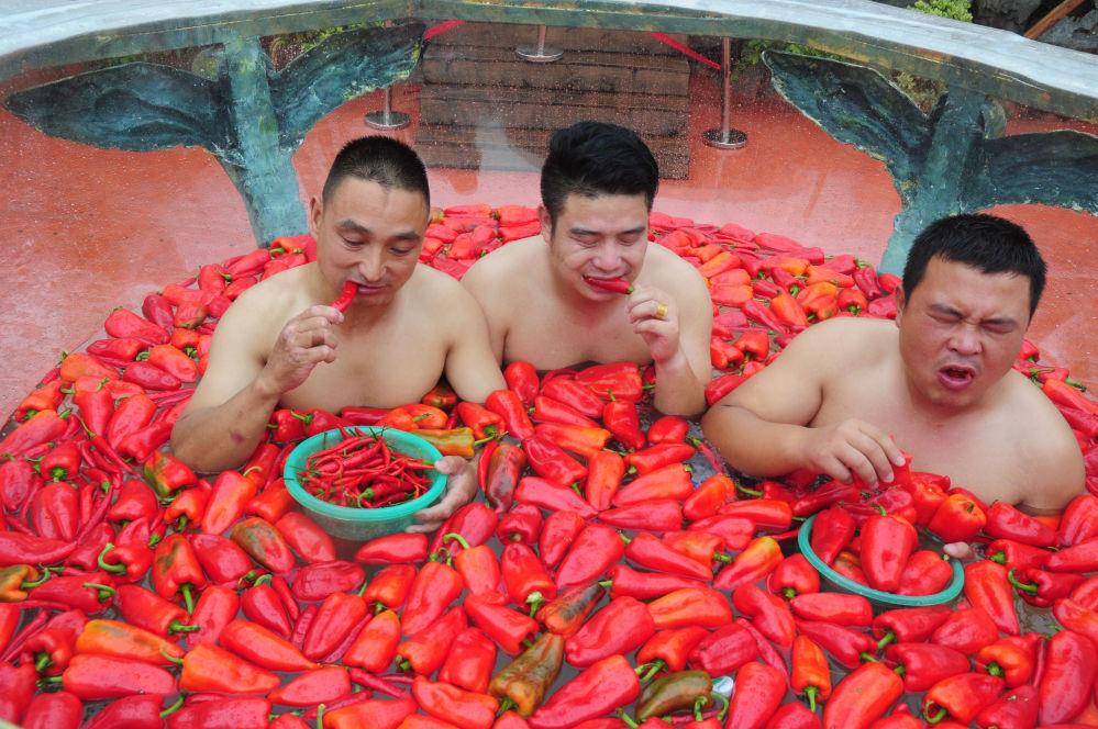 Participantes da competição de comer pimentos na província chinesa de Hunan