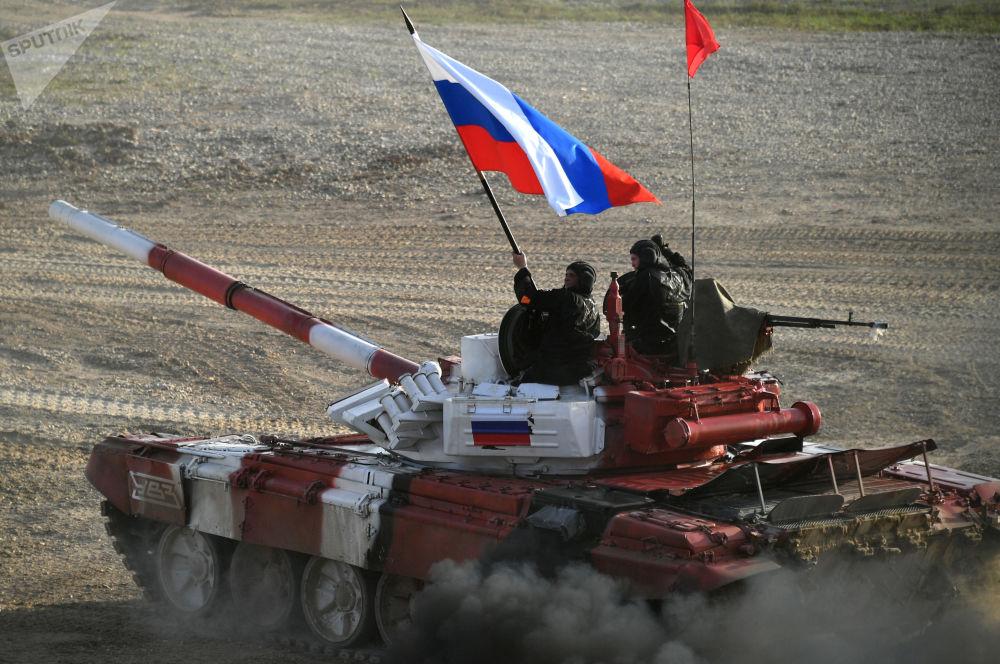 Tanque da equipe russa no revezamento do biatlo no âmbito dos Jogos Internacionais de Exército 2017 no polígono Alabino, região de Moscou