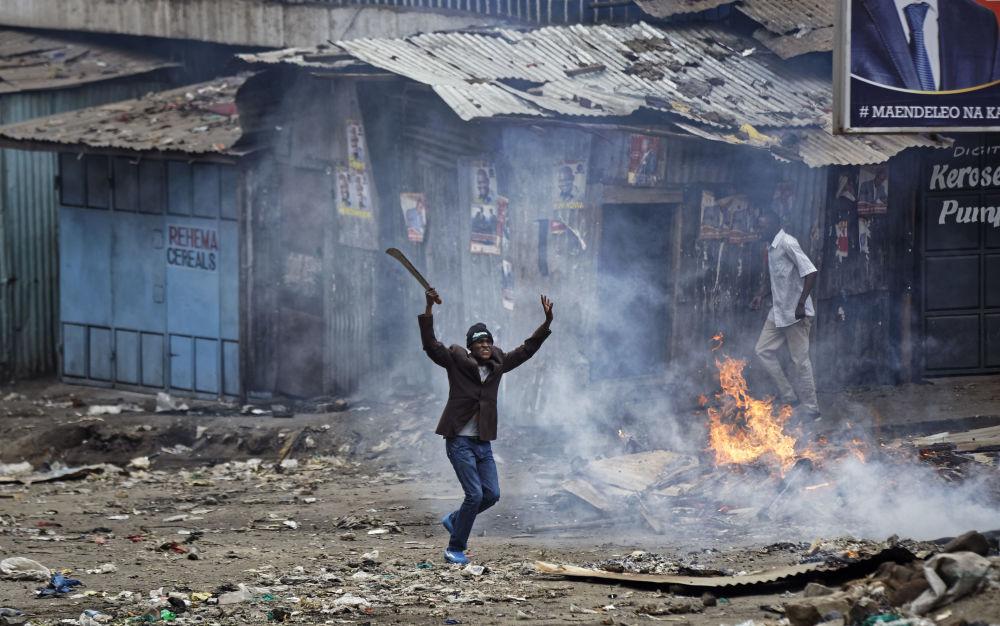 Homem com machete durante protestos em Nairóbi, capital do Quênia