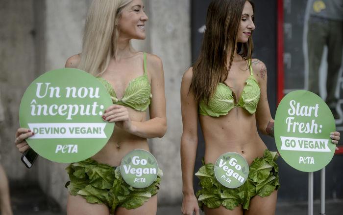 Ativistas Ladies de Alface do grupo PETA apelam ao vegetarianismo na Romênia