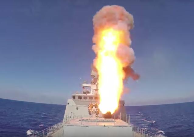 Os navios da Marinha russa efetuam o lançamento de 4 mísseis de cruzeiro Kalibr contra as posições do Daesh na região síria de Palmira