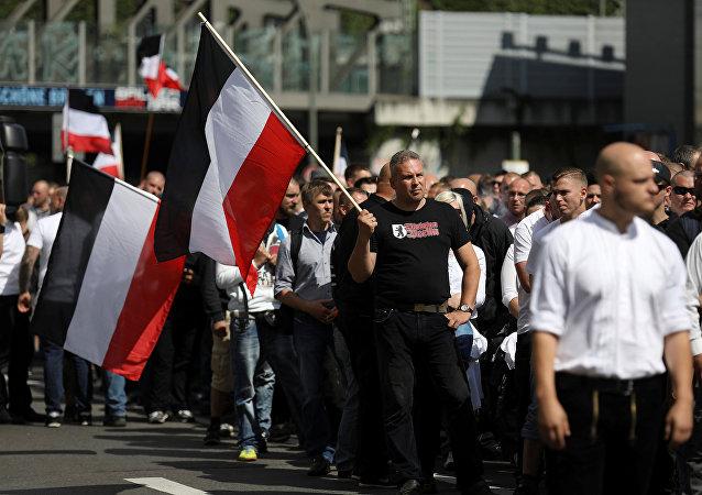 Manifestantes neonazistas em Berlim durante homenagem a Rudolf Hess, aliado de Adolf Hitler