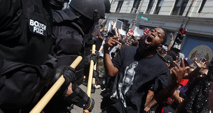Homem gesticula com policiais, nas proximidades do protesto pela liberdade de expressão