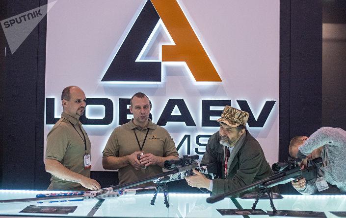 Os fuzis SVLK-14S Sumrak em uma exposição de armas na Rússia
