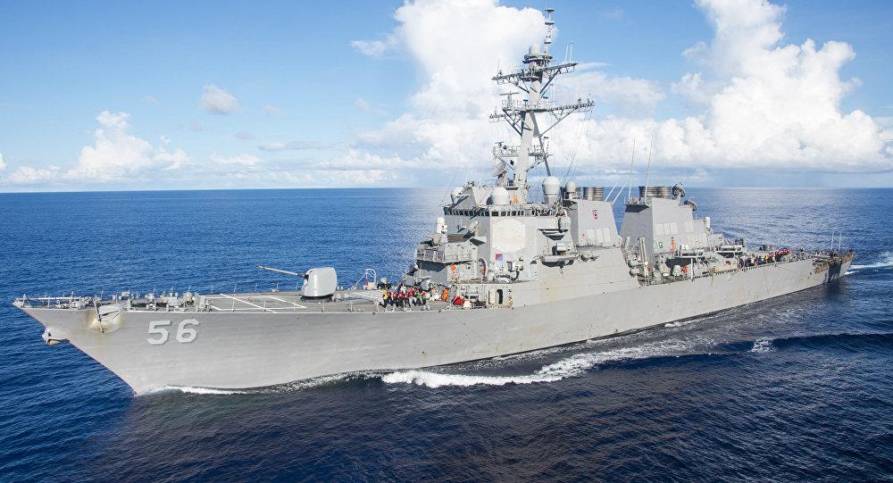 Destróier dos EUA se choca com navio mercante a leste de Cingapura