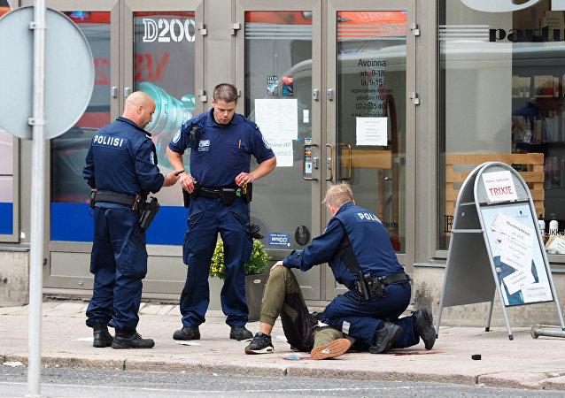 Oficiais da polícia da Finlândia perto de uma vítima na rua na cidade de Turku, onde em 18 de agosto de 2017 foi realizado um atentado