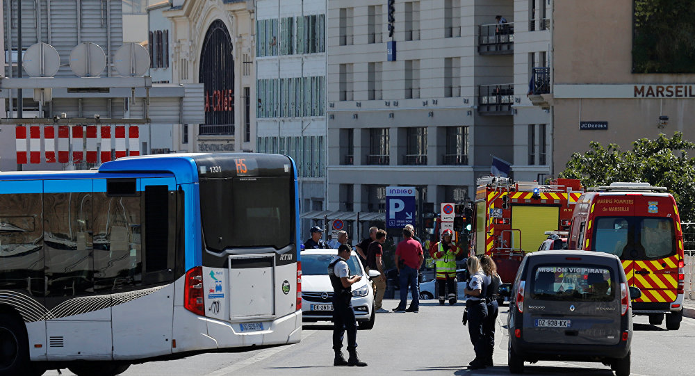 Carro atinge paragens de autocarro e faz um morto em Marselha