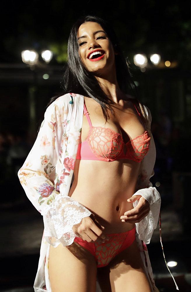 Uma modelo apresenta lingerie durante um desfile de moda no bairro Dbayeh da capital libanesa Beirute, em 18 de agosto de 2017
