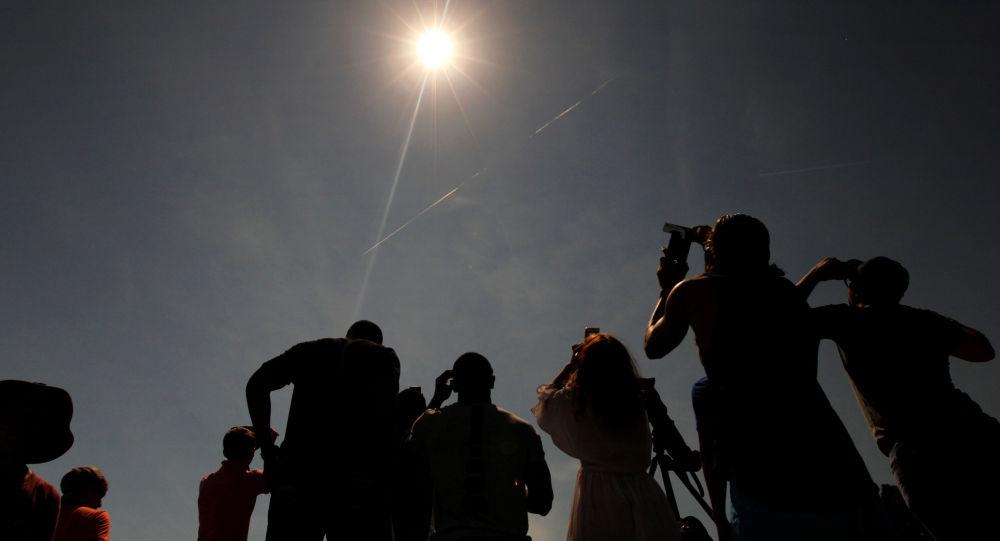 Norte-americanos observando o eclipse solar (foto de arquivo)