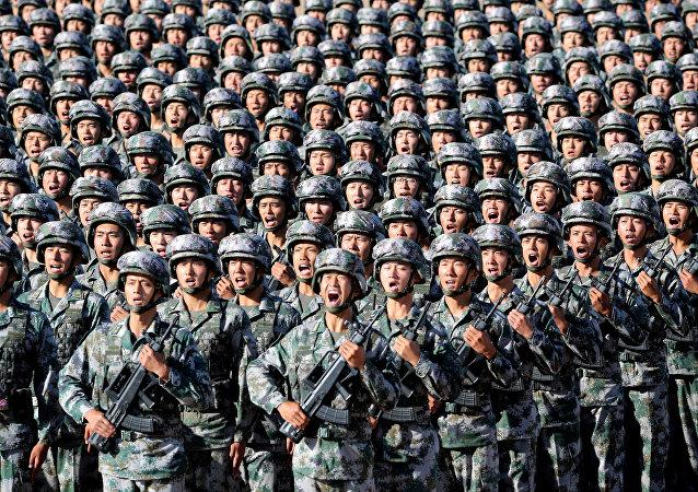 Militares do Exército de Libertação Popular se preparam para o desfile militar comemorativo do 90° aniversário da fundação do exército, na base militar de Zhurihe na China, em 30 de julho de 2017.