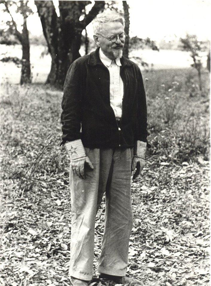 León Trotsky com luvas de jardineiro