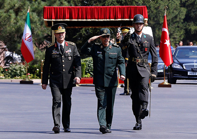 Chefe do Estado-Maior da Turquia, general Hulusi Akar, com o seu colega iraniano, general Mohammad Baqeri, em Ancara (arquivo)
