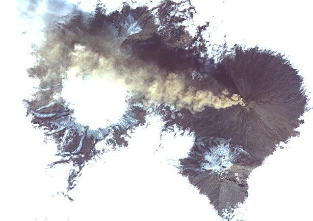 Imagem do volcão Shiveluch (Rússia) tomada desde o espacço