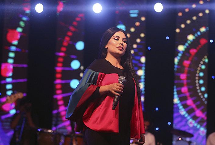 Aryana Sayeed atuando durante as comemorações do Dia da Independência do Afeganistão
