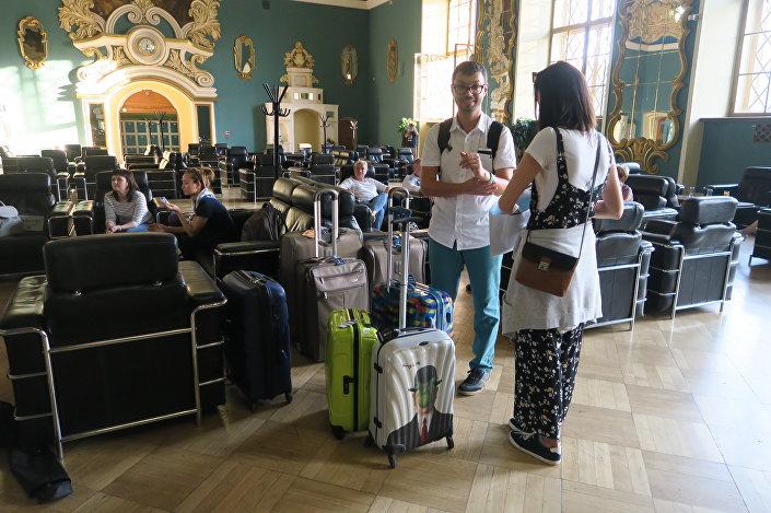 Turistas esperando o trem Rússia Imperial na estação de trens de Kazansky