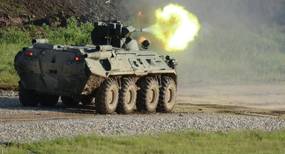 O veículo blindado BTR-82A no Fórum Internacional EXÉRCITO 2015, no parque de Patriot