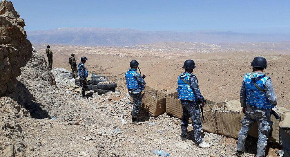 Militares do Exército Sírio e do movimento Hezbollah ocupam posições em Qalamun Ocidental, perto da fronteira sírio-libanesa