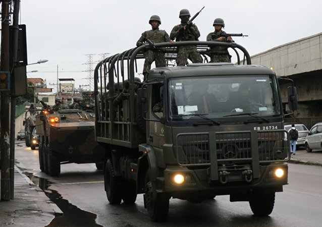 Militares das Forças Armadas fazem operação em comunidades do Rio