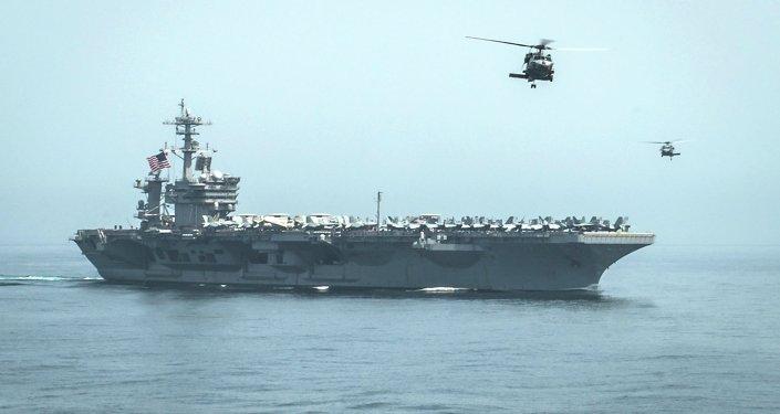 Helicópteros decolam do USS Theodore Roosevelt (CVN71)
