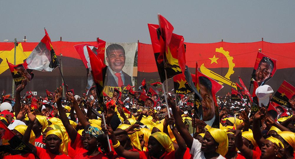 Os apoiantes gritam em apoio ao presidenciável do MPLA, João Lourenço, durante um comício em Angola, em 17 agosto de 2017