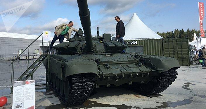 Tanque de combate T-72B3 exposto no fórum militar EXÉRCITO 2017