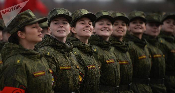 Mulheres-militares na coluna pedestre durante os preparativos para a Parada da Vitória em Alabino, subúrbio de Moscou, Rússia, 11 de abril de 2016