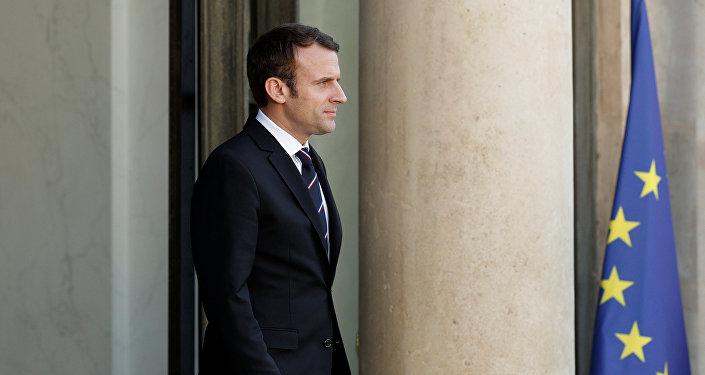 O presidente francês, Emmanuel Macron, espera um convidado nas escadas do Palácio do Eliseu, em Paris, França. 15 de Maio de 2017.