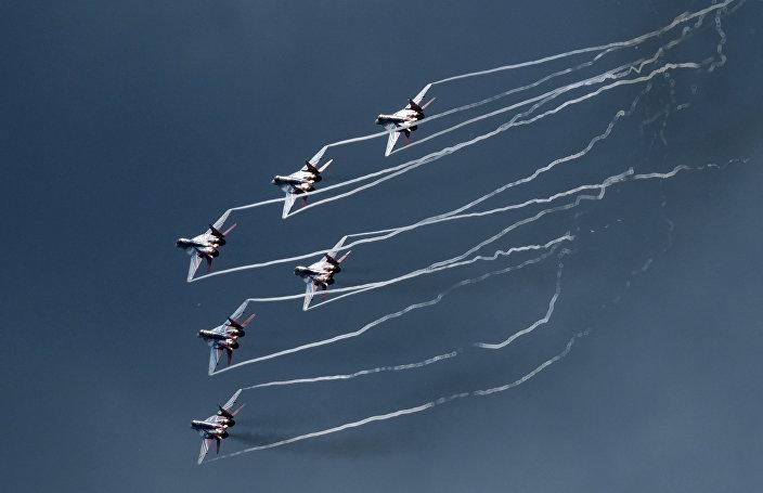 Os caças russos MiG-29 durante o voo de demonstração no EXÉRCITO 2017