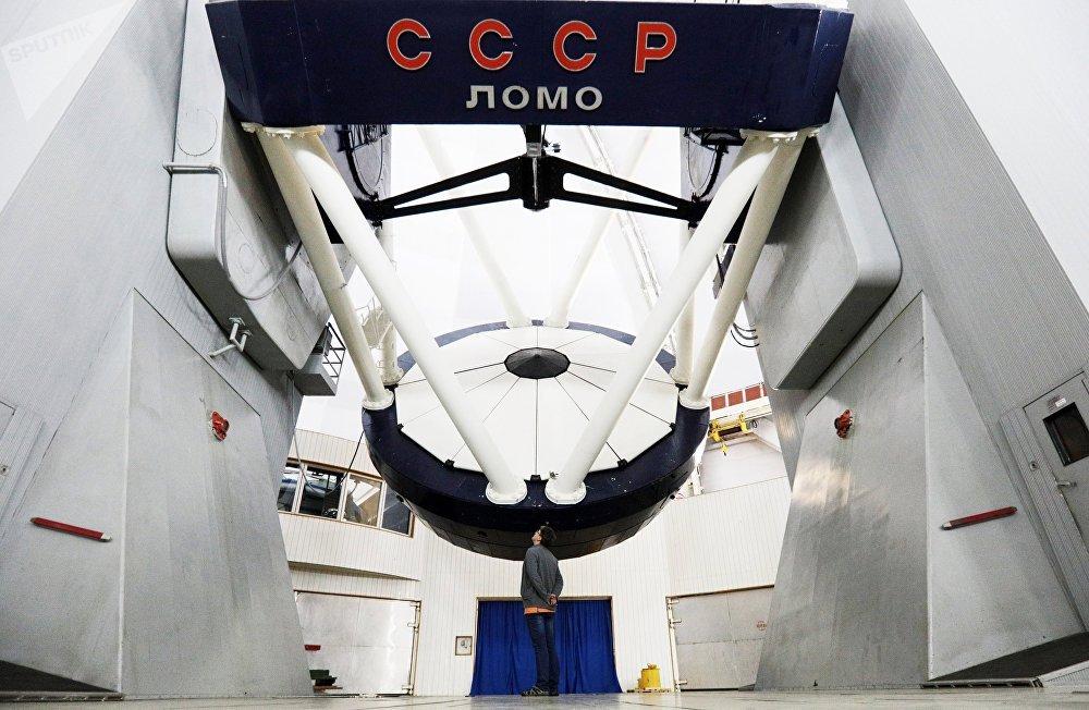 Os edifícios principais do observatório são serviços administrativos e técnicos, laboratórios e casas dos funcionários