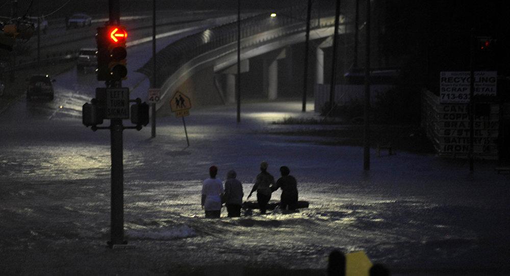 Inundações no Texas causam duas explosões em fábrica de químicos