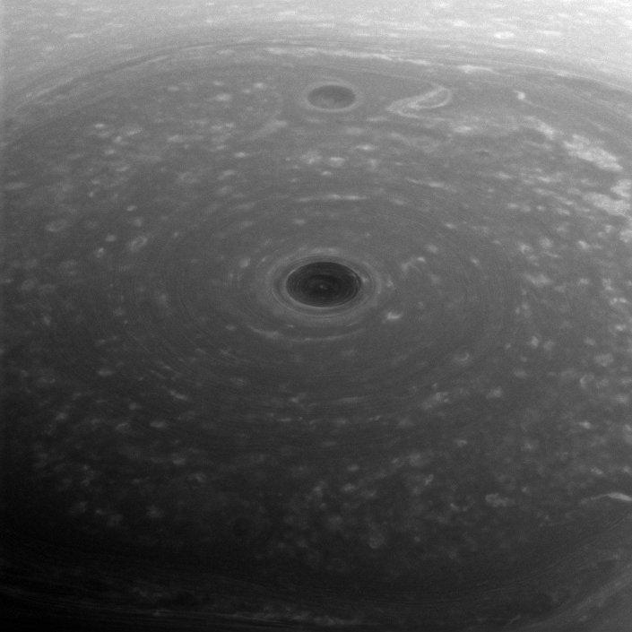 No topo do mundo: a foto do Polo do Norte de Saturno, vista pela sonda espacial Cassini
