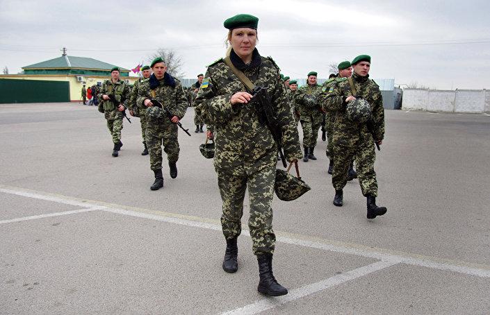 Patrulha de guardas de fronteiras ucranianos no posto de controle de Kuchurgany, na fronteira entre a Ucrânia e Transnístria, 4 de abril de 2017
