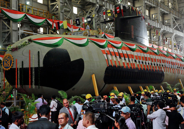 Submarino indiano da classe Scorpene é lançado à água em Mumbai, Índia, 9 de abril de 2015