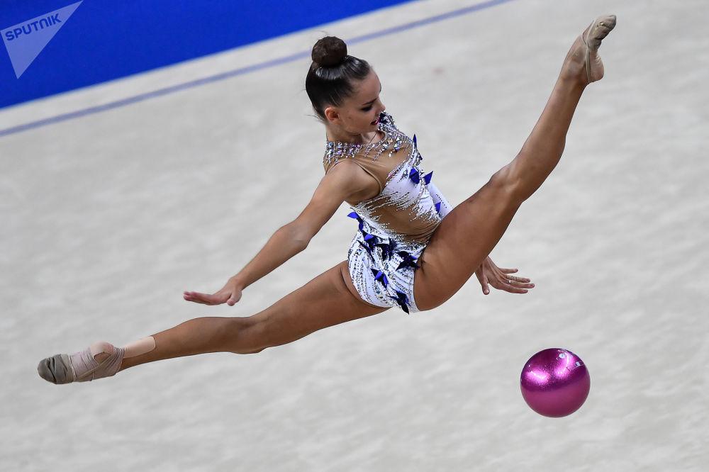 Ginasta russa, Dina Averina, durante sua apresentação no Campeonato Mundial de Ginástica em Pesaro, Itália