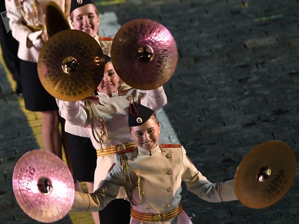 Estudantes do colégio de música militar Khalilov tocam no festival Spasskaya Bashnya