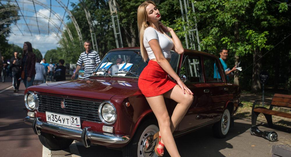 Participante do festival dos carros antigos em Moscou