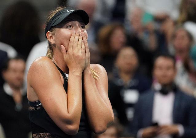 Tenista russa Maria Sharapova vence sua rival da Romênia Simona Halep em um jogo no USTA Billie Jean King National Tennis Center, EUA