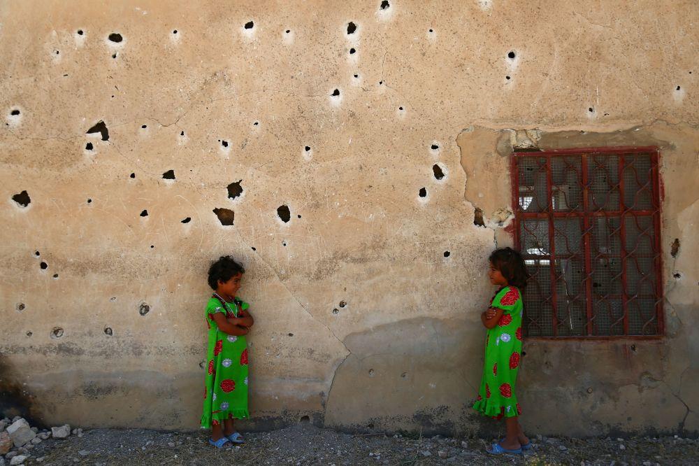 Meninas sírias posam em Aleppo, Síria