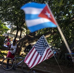 Bandeiras de Cuba e EUA (arquivo)