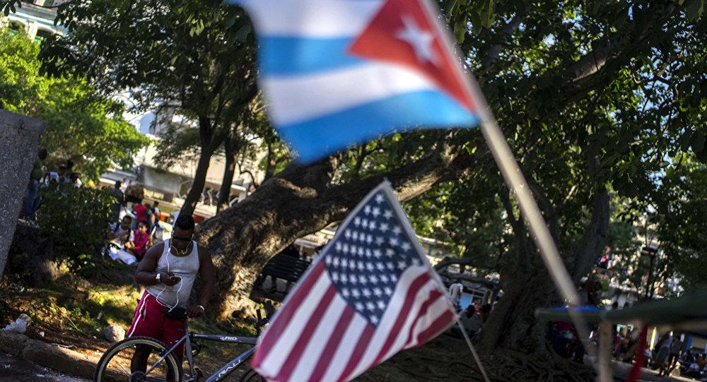 Bandeiras de Cuba e Estados Unidos
