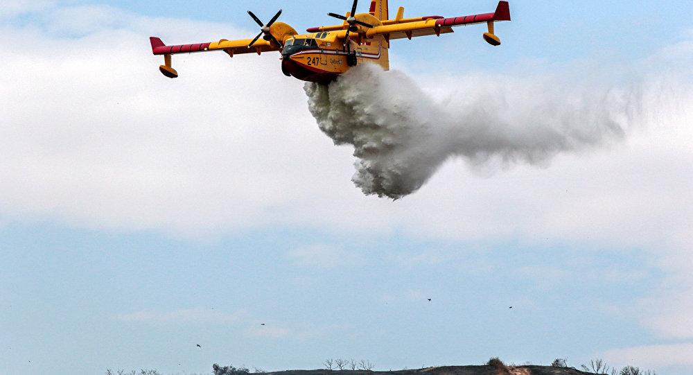 Incêndios florestais em Los Angeles forçam a saída de moradores