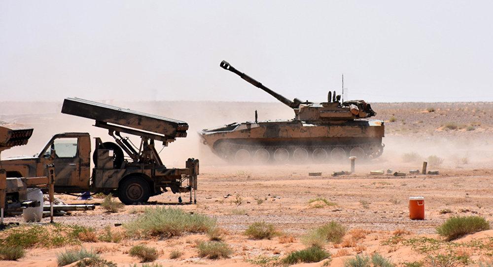 Artilharia do Exército sírio durante luta contra terroristas do Daesh