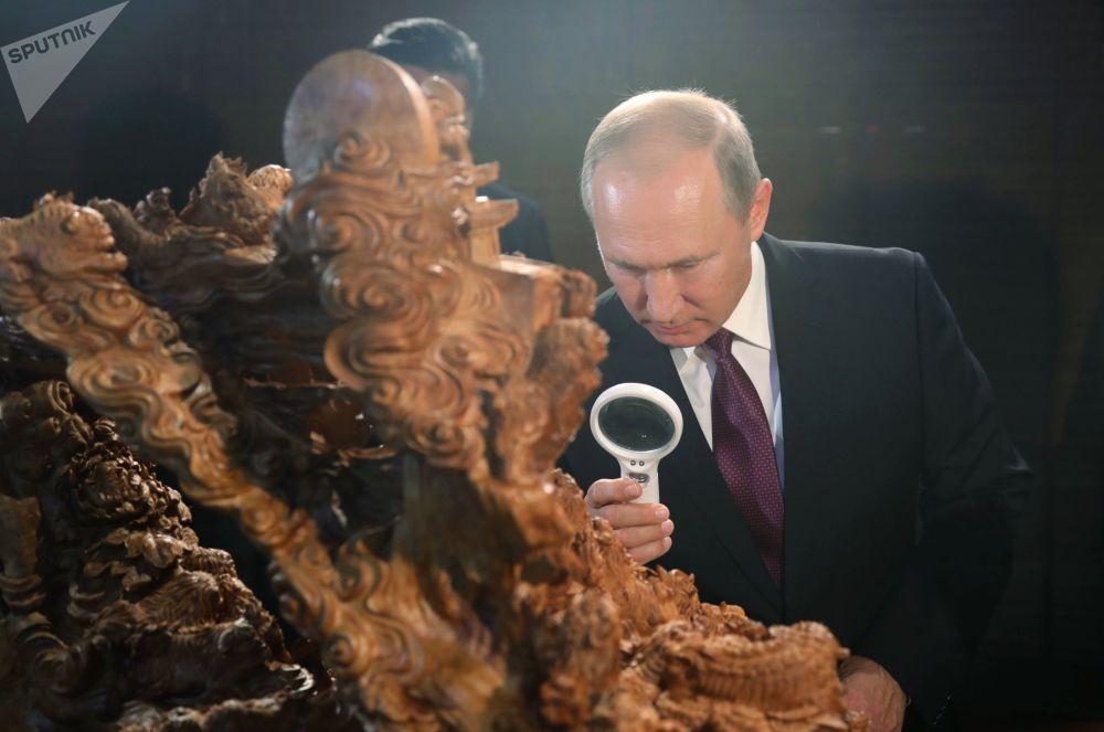 O presidente da Rússia, Vladimir Putin, na Exposição do Patrimônio Cultural da China, em Xiamen