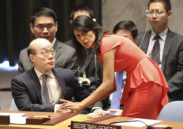 Representante permanente dos Estados Unidos na ONU, Nikki Haley, conversa com seu colega chinês, Liu Jieyi
