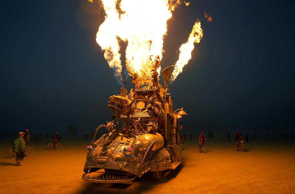 Os participantes são incentivados a levar obras de arte para o Burning Man.