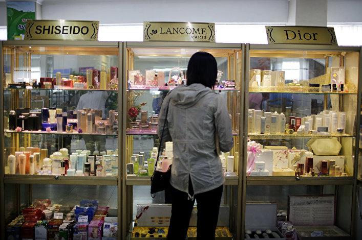 Cosmética estrangeira no supermercado norte-coreano